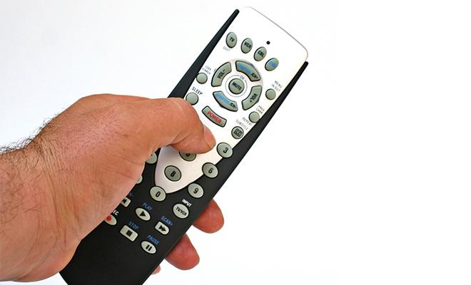 mano-y-control-de-tv