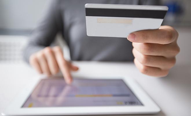 Mano-tableta-y-tarjeta-de-crédito-