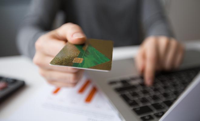Mano-con-tarjeta-y-chip