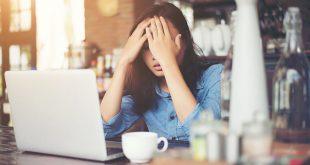 Mujer-afligida-frente-a-laptop