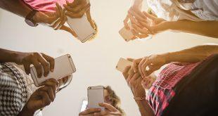 Personas-en-circulo-con-smartphone