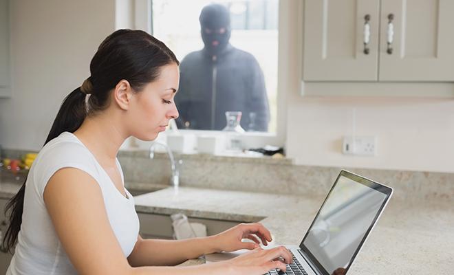 Criminal observando a usuario de computadora