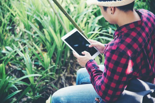 tableta-usuario-en-campo