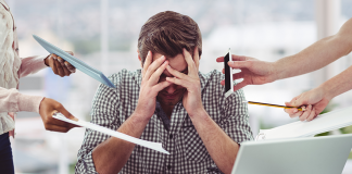Hombre estresado por trabajo