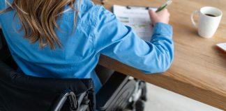 Mujer en silla de ruedas trabajando