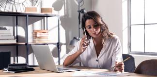 Mujer trabajando en escritorio
