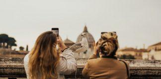 Mujeres tomando foto en el Vaticano